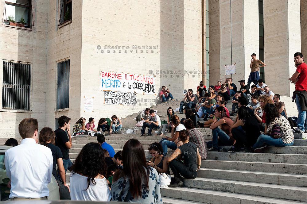 Roma 22 Ottobre 2012.Studenti dei Collettivi Autorganizzati della Sapienza hanno occupato il rettorato  per protestare contro la gestione del Rettore Frati e ne chiedono le dimissioni..Assemblea degli studenti sulle scale del rettorato