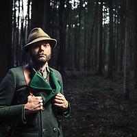 Ein Jaeger steht im Wald