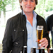 NLD/Laren/20120615 - Onthulling Erik de Zwart bier, Erik de Zwart met zijn biertje en bierflesjes