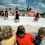 Havendag 2001 Huizen, kinderen kijken naar een optreden van The Pride