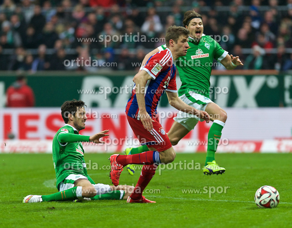 14.03.2015, Weserstadion, Bremen, GER, 1. FBL, SV Werder Bremen vs FC Bayern Muenchen, 25. Runde, im Bild Santiago Garcia (SV Werder Bremen #2) scheitert beim Versuch, Thomas Mueller / M&uuml;ller (FC Bayern Muenchen / M&uuml;nchen #25) zu stoppen, Sebastian Proedl / Pr&ouml;dl (SV Werder Bremen #15) schreiend im Hintergrund // during the German Bundesliga 25th round match between SV Werder Bremen and FC Bayern Munich at the Weserstadion in Bremen, Germany on 2015/03/14. EXPA Pictures &copy; 2015, PhotoCredit: EXPA/ Andreas Gumz<br /> <br /> *****ATTENTION - OUT of GER*****