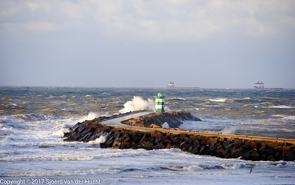 Havenhoofd tijdens storm, Scheveningen, Den Haag. - Pier during stormy weather, Scheveningen, The Hague, Netherlands