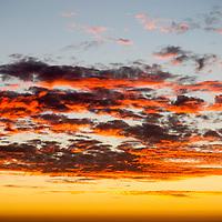 Atardecer en la playa de Reñaca. Reñaca es una localidad chilena ubicada al norte de la comuna de Viña del Mar, en la Región de Valparaíso. Principalmente turístico y residencial, es uno de los barrios más exclusivos dentro del Gran Valparaíso. Característico por su extensa playa y edificios escalonados en las laderas de los cerros, cada año se transforma en el epicentro de la diversión veraniega para porteños y visitantes. Sunset on the Reñaca beach. Reñaca is a Chilean locality located to the north of the Viña del Mar commune, in the Valparaíso Region. Mainly tourist and residential, it is one of the most exclusive neighborhoods within the Great Valparaíso. Characterized by its extensive beach and staggered buildings on the slopes of the hills, each year it becomes the epicenter of summer fun for porteños and visitors.