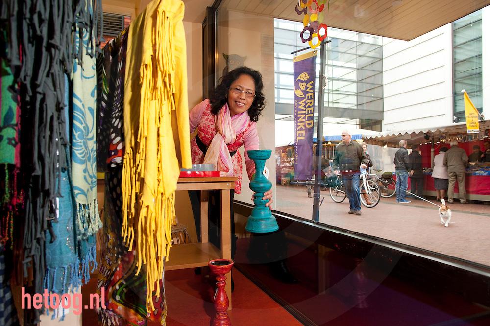 nederland, Rijssen, 12nov2012 Vrijwilligster Valerie Janssen is zowel in de kerk als in de wereldwinkel actief.