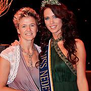 NLD/Nijkerk/20110710 - Miss Nederland verkiezing 2011, Miss Nederland Earth Jill Duijves met haar moeder