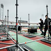 Nederland, amsterdam , 15 januari 2014.<br /> Steigerbouwers aan het werk in het Olympisch Stadion. Ze zijn bezig met de opbouw van een heuse schaatsbaan.<br /> Voor het NK eind februari wordt een ijsbaan aangelegd op een verhoging om het gras en de atletiekbaan te beschermen.<br /> Foto:Jean-Pierre Jans