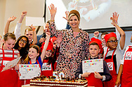 LELYSTAD - Koningin Maxima opent donderdagochtend 20 april 2017 in Wijkcentrum Zuiderzee in Lelystad het 50e&nbsp;Resto VanHarte. Het 50e&nbsp;Resto is een KinderResto. Kinderen in de leeftijd van 8 tot en met 13 jaar kunnen hier samenkomen om te koken en te leren over voeding, bewegen en samenwerken. Staatssecretaris Klijnsma van Sociale Zaken en Werkgelegenheid is bij de opening aanwezig.COPYRIGHT ROBIN UTRECHT<br /> <br /> 20-4- Lelystad - Queen Maxima opens Thursday morning, April 20, 2017 in Community Center Zuiderzee in Lelystad 50th Resto VanHarte. The 50th Resto is a Kids Resto. Children aged 8 to 13 years old can come together to cook and learn about nutrition, exercise and work. Klijnsma State Secretary for Social Affairs and Employment at the opening aanwezig.COPYRIGHT ROBIN UTRECHT