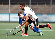 AMSTELVEEN - Hockey - Hoofdklasse competitie heren. AMSTERDAM-KAMPONG (2-2). Valentin Verga (A'dam) met  Lars Balk (Kampong) .  COPYRIGHT KOEN SUYK