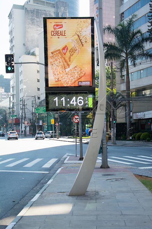 Relógio digital com indicação da condição atmosférica, marcando a condição boa do ar, São Paulo - SP, 07/2016.