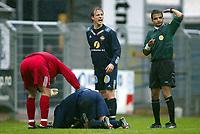 Fotball, 13. mai 2003, NM fotball herrer, Strømsgodset-Bærum,  Hans Erik Ødegaard ligger nede mens Kim larsen roper på assistanse fra sidelinjen, Til høyre dommer Svein Erik Edvardsen.