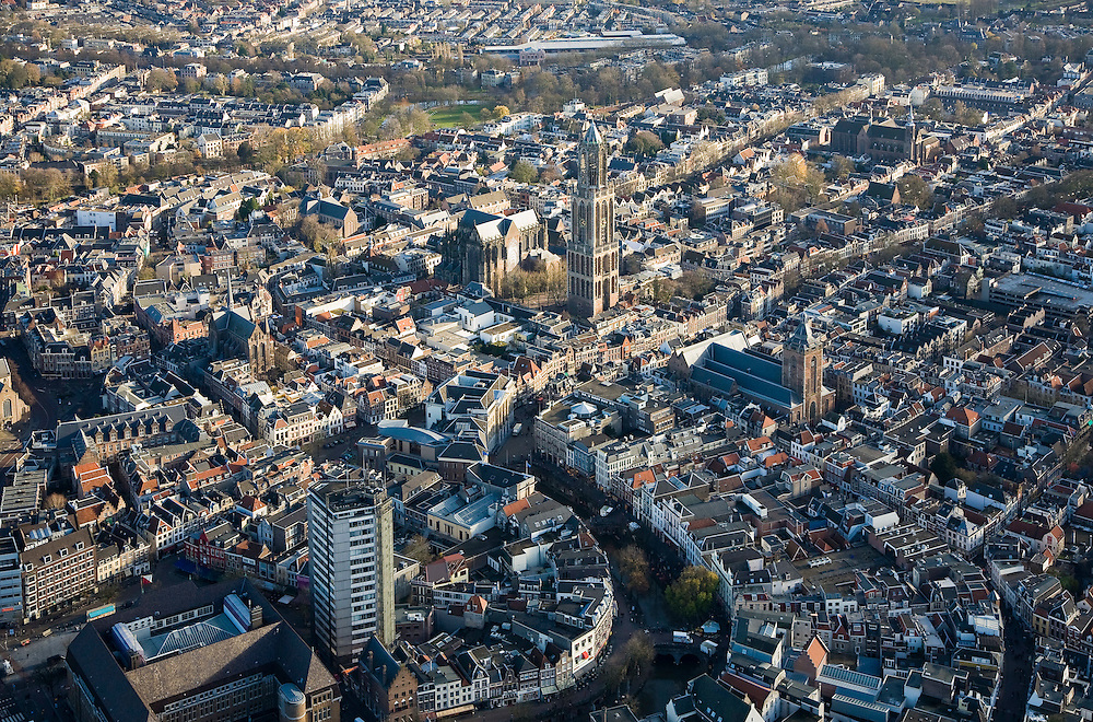 Nederland, Utrecht, Utrecht, 25-11-2008; binnenstad, met links Neude met postkantoor en Neudeflat, de Oude Gracht met direct na de bocht het stadhuis (neoklassiek gevel), de Domkerk, Domplein en Domtoren, hedendaags Kerkenkruis: midden links Pieterskerk, Dom recht boven Catherijneconvent, midden rechts Buurkerk,  -  zie ook andere overzichtentown centre, with left Neude post office  and Neude Flat, the Oudegracht with immediately after the bend with the town hall (neoclassical facade), above middle Dom, Dom Square and Dom towercentre, cathedral, centrum, kathedraal, cathedraalsee also other overviews, kerk, kekren, church, churches.  .luchtfoto (toeslag)aerial photo (additional fee required).foto Siebe Swart / photo Siebe Swart