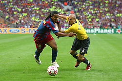 PARIS, FRANCE - WEDNESDAY, MAY 17th, 2006: Arsenal's Fredrik Ljungberg and FC Barcelona's Ronaldinho during the UEFA Champions League Final at the Stade de France. (Pic by David Rawcliffe/Propaganda)