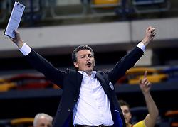 04-12-2013 VOLLEYBAL: DRAISMA DYNAMO - LANDSTEDE VOLLEYBAL: APELDOORN<br /> Trainer coach Mark Roper is blij als Dynamo de tweede set pakt.<br /> &copy;2013-FotoHoogendoorn.nl