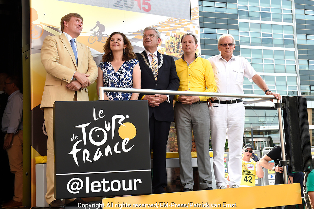 Uitreiking Gele trui na eerste etappe in Utrecht na de individuele tijdrit van 13,8 km.<br /> <br /> Presentation Yellow jersey after the first stage in Utrecht after the individual time trial of 13.8 km.<br /> <br /> Op de foto / On the photo:   Koning Willem Alexander , minister Edith Schippers , Burgemeester Jan van Zanen , Tourwethouder Jeroen Kreijkamp en Jan Janssen