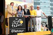 Uitreiking Gele trui na eerste etappe in Utrecht na de individuele tijdrit van 13,8 km.<br /> <br /> Presentation Yellow jersey after the first stage in Utrecht after the individual time trial of 13.8 km.<br /> <br /> Op de foto / On the photo:   Koning Willem Alexander , minister Edith Schippers , Burgemeester Jan van Zanen , Tourwethouder Jeroen Kreijkamp en Jan Janssen