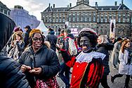 AMSTERDAM sinterklaas intocht in amsterdam met zwarte piet ROBIN UTRECHT