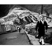 """Autor de la Obra: Aaron Sosa<br /> Título: """"Serie: Venezuela Cotidiana""""<br /> Lugar: San Rafael de Mucuchies, Estado Mérida - Venezuela <br /> Año de Creación: 2001<br /> Técnica: Captura digital en RAW impresa en papel 100% algodón Ilford Galeríe Prestige Silk 310gsm<br /> Medidas de la fotografía: 33,3 x 22,3 cms<br /> Medidas del soporte: 45 x 35 cms<br /> Observaciones: Cada obra esta debidamente firmada e identificada con """"grafito – material libre de acidez"""" en la parte posterior. Tanto en la fotografía como en el soporte. La fotografía se fijó al cartón con esquineros libres de ácido para así evitar usar algún pegamento contaminante.<br /> <br /> Precio: Consultar<br /> Envios a nivel nacional  e internacional."""