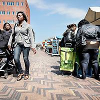 Nederland, Amsterdam , 20 mei 2010..Surinamers tijdens de markt op donderdag op de Anton de Komplein..Foto:Jean-Pierre Jans