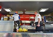Nederland, Nijmegen, 12-7-2014Recreatie, ontspanning, cultuur en theater op het festival de Kaaij onder de waalbrug in de stad aan de rivier Waal tijdens de zomerfeesten. Een van de vele feestlocaties in de stad. De brandweer,nvwa, voedsel en warenautoriteit, en bureau toezicht van de gemeente controleren de horeca op het voldoen aan de voorschriften op het gebied van vergunning, vergunningen, veiligheid, brandveiligheid,brandblussers, gastoestellen, milieu, voedselveiligheid. Controle, De vierdaagsefeesten zijn het grootste evenement van Nederland.Foto: Flip Franssen/Hollandse Hoogte