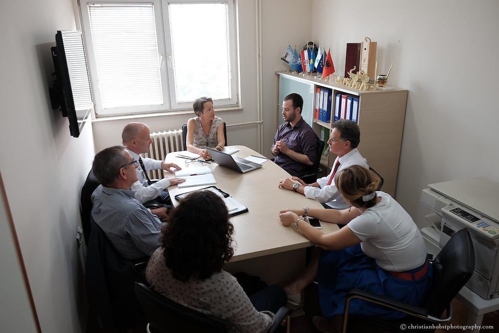 Arion Rizaj, Gr&uuml;nder und Gesch&auml;ftsf&uuml;hrer von KosovaJob, das Helvetas beim Aufbau des Unternehmens und bei der Entwicklung von Weiterbildungen f&uuml;r junge Jobsuchende unterst&uuml;tzt hat, bei einer Sitzung mit Elisabeth von Capeller, Leiterin Ostzusammenarbeit bei der Deza<br /> Heini Conrad, Programmdirektor Helvetas Kosovo