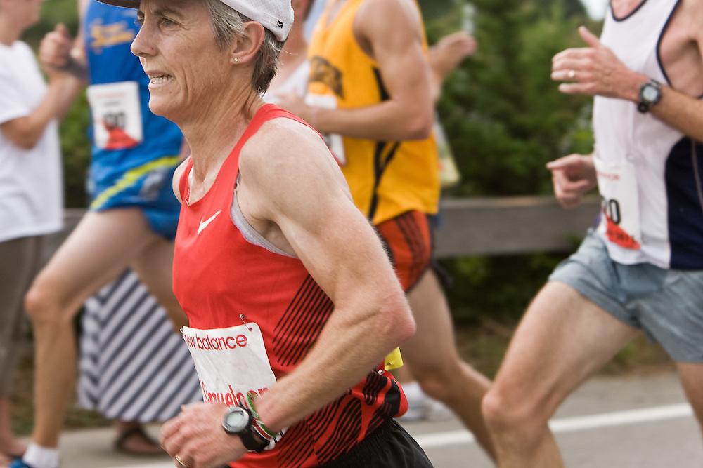 Joan Benoit Samuelson races past mile 3