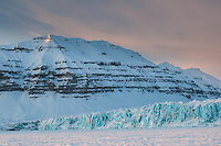 Kveldslys ved Tunabreen innerst i Tempelfjorden på vestkysten av Spitsbergen, Svalbard. Mars.