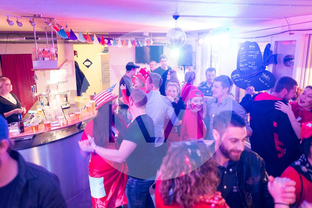 SCHWEIZ - MEISTERSCHWANDEN - Meitlitage 2018, hier wird beim Maskentreiben in der Café-Bar Speuzli getanzt - 14. Januar 2018 © Raphael Hünerfauth - http://huenerfauth.ch