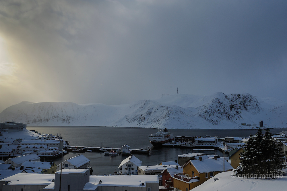 Honningsvåg, the harbour. Honningsvag, at 70° 58' North in Nordkapp municipality claims to be the northernmost city in Norway and even in the world, although the title is disputed by Hammerfest, Norway; Barrow, Alaska and Longyearbyen, Svalbard. Legislation effective from 1997 states that a Norwegian city must have 5,000 inhabitants, but Honningsvåg with its population of 2367 was declared a city in 1996, thus exempt from this legislation. It is situated at a bay on the southern side of Magerøya island, while the famous North Cape and its visitors center is on the northern side.