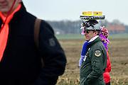 Nederland, Sambeek, 3-3-2014 Bij Boxmeer, tussen Sambeek en Vortum Mullum, wordt voor de 274e keer de Metworstren gehouden. Deze paardenrace voor vrijgezelle ruiters uit Boxmeer vindt altijd plaats op carnavalsmaandag. Steeds rijden drie paarden met lokale ruiters een race van 750 m. op de met zand bedekte weg. Hierna volgt de Knollenrace, een wedstrijd tussen werkpaarden. Daarna de finale, de koningsrit, de winnaar hiervan levert de koningsruiter eeuwige roem op. Winnaar werd Peter Jansen. In 1740 sloeg de koets van een adelvrouw hier op hol, waarna toevallig op het land rijdende, ongehuwde ruiters voor haar redding zorgden. Als beloning kregen deze een grote metworst, twee broden, twee vaten bier en een halve varkenskop. Grote lokale publiekstrekker.Foto: Flip Franssen/Hollandse Hoogte