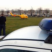 Melding auto te water Oostermeent Noord, Life Line One, helicopter, politieagent, politiewagen, zwaailicht