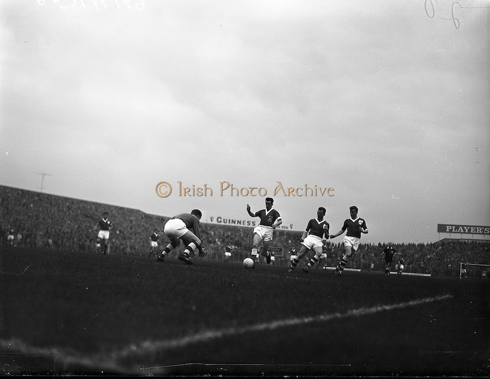 28/09/1960<br /> 09/28/1960<br /> 28 September 1960<br /> Soccer International: Ireland v Wales at Dalymount Park, Dublin. Wales won the game 3-2. Irish Keeper Noel Dwyer advances to take the ball from Roy vernon (Wales). Phil Kelly and Mick McGrath on right.