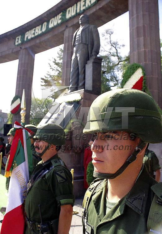 Toluca, Méx.- Ceremonia conmemorativa del aniversario luctuoso de Benito Juarez en el monumento del Jardín Reforma de esta ciudad. Agencia MVT / Mario Vázquez de la Torre.