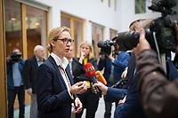 DEU, Deutschland, Germany, Berlin, 18.09.2017: Alice Weidel, Spitzenkandidatin der Partei Alternative für Deutschland (AfD) zur Bundestagswahl, bei einem Interview mit Journalisten nach einer Pressekonferenz zur Islamischen Zuwanderung und Kriminalität.