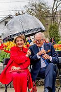 BURLINGTON - Prinses Margriet en prof. mr. Pieter van Vollenhoven krijgen een rondleiding door de Royal Botanical Gardens. Hier spreken ze met bewoners en veteranen die meevochten in de Tweede Oorlog. Het is de vierde dag van het bezoek van het paar aan Canada.
