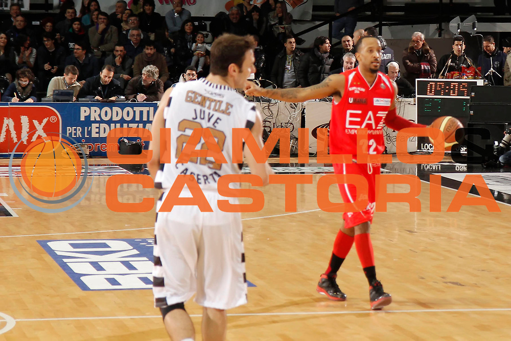 DESCRIZIONE : Caserta Lega A 2012-13 Juve Caserta EA7 Emporio Armani Milano<br /> GIOCATORE : Ernest Jr Bremer<br /> CATEGORIA : palleggio<br /> SQUADRA : EA7 Emporio Armani Milano<br /> EVENTO : Campionato Lega A 2012-2013 <br /> GARA : Juve Caserta EA7 Emporio Armani Milano<br /> DATA : 20/01/2013<br /> SPORT : Pallacanestro <br /> AUTORE : Agenzia Ciamillo-Castoria/A. De Lise<br /> Galleria : Lega Basket A 2012-2013  <br /> Fotonotizia : Caserta Lega A 2012-13 Juve Caserta EA7 Emporio Armani Milano