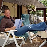 """Uitreiking DVD Sjaak Bral """"Hurken in de Berm"""", Gordon Heuckeroth bij de campingstoel"""