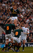 Twickenham, GREAT BRITAIN, Jaun SMITH, passes the ball down to his scrum Half, Ricky JANUARIE, from the back of the, line out, during the, Investec 2006 Rugby Challenge, England vs South Africa, at Twickenham Stadium, ENGLAND on Sat 25.11.2006. [Photo, Peter Spurrier/Intersport-images]