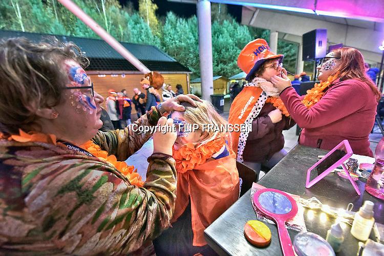 Nederland, Nijmegen, 28-11-2017Oranje fans vermaken zich even in de fan-zone alvorens ze naar de tribune gaan om de wedstrijd van de oranje leeuwinnen te bekijken. Foto: Flip Franssen