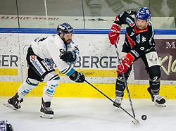21.02.2018, Tiroler Wasserkraft Arena, Innsbruck, AUT, EBEL, HC TWK Innsbruck die Haie vs EHC Liwest Black Wings Linz, 5. Platzierungsrunde, im Bild v.l.: Sebastien Piche (EHC Liwest Black Wings Linz) und John Lammers (HC TWK Innsbruck  die Haie) // during the Erste Bank Erste Bank Icehockey 5th placement round match between HC TWK Innsbruck  die Haie and EHC Liwest Black Wings Linz at the Tiroler Wasserkraft Arena in Innsbruck, Austria on 2018/02/21. EXPA Pictures © 2018, PhotoCredit: EXPA/ Jakob Gruber