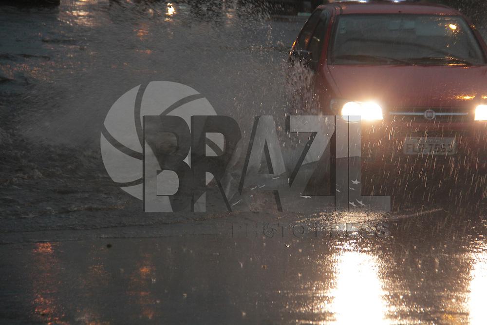 SÃO PAULO,SP, 08.09.2015 - CHUVA-SP - Alagamento na avenida Cruzeiro do Sul na altura do metrô Carandiru região norte da cidade na tarde desta terça-feira (08) (Foto: Marcio Ribeiro / Brazil Photo Press)