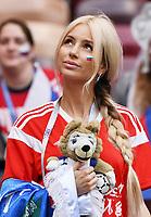 FUSSBALL  WM 2018  Achtelfinale  01.07.2018 Spanien - Russland Ein Fan mit WM-Maskottchen Zabivaka im Luschniki Stadion mit  in Moskau