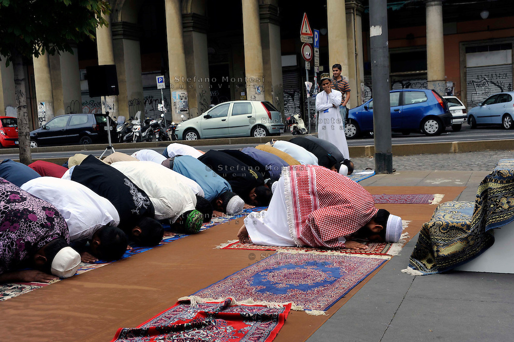 Roma 20 September 2009..Muslim immigrants crowd the garden of Piazza Vittorio square, in Rome's Esquilino multi-ethnic quarter, for the Eid al-Fitr prayer to mark the end of the fasting month of Ramadan.