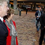 NLD/Amsterdam/20081005 - Première Sinterklaas en het Geheim van het Grote Boek, Rita Verdonk en partner Peter Willems met op de achtergrond beveiliging