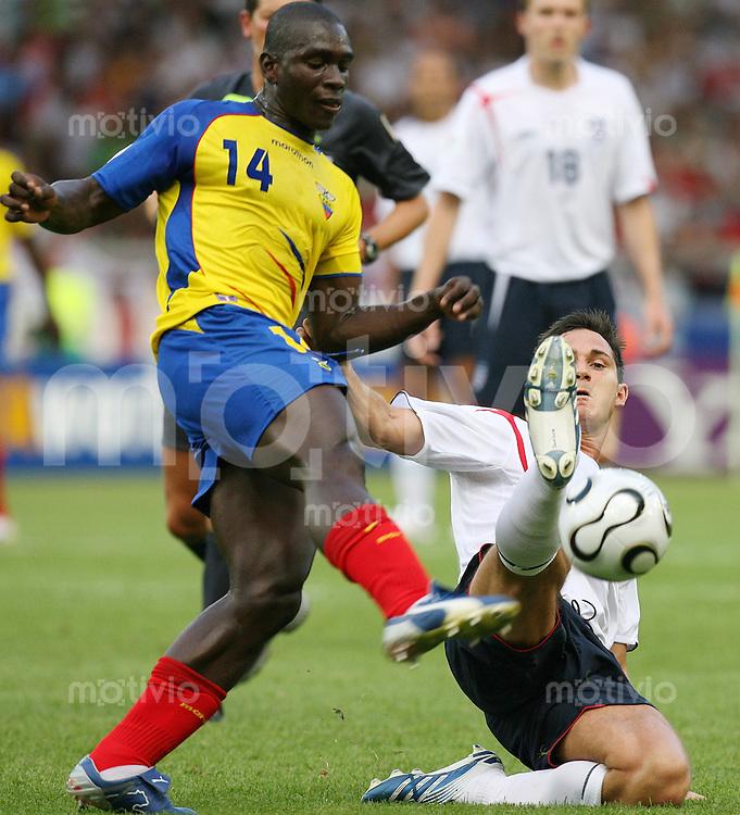 Fussball WM 2006   Achtelfinale   England - Ecuador Segindo CASTILLO (li, ECU) gegen Frank LAMPARD (re, ENG)