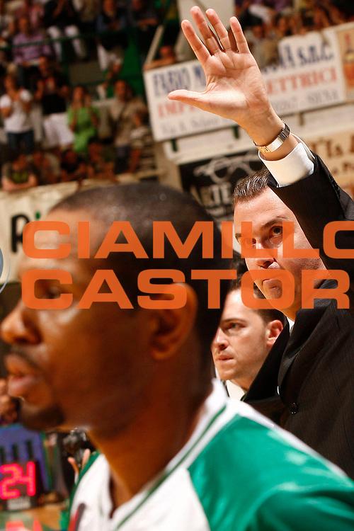 DESCRIZIONE : Siena Lega A 2009-10 Playoff Finale Gara 1 Montepaschi Siena Armani Jeans Milano<br /> GIOCATORE : Simone Pianigiani<br /> SQUADRA : Montepaschi Siena<br /> EVENTO : Campionato Lega A 2009-2010 <br /> GARA : Montepaschi Siena Armani Jeans Milano<br /> DATA : 13/06/2010<br /> CATEGORIA : coach esultanza<br /> SPORT : Pallacanestro <br /> AUTORE : Agenzia Ciamillo-Castoria/P.Lazzeroni<br /> Galleria : Lega Basket A 2009-2010 <br /> Fotonotizia : Siena Lega A 2009-10 Playoff Finale Gara 1  Montepaschi Siena Armani Jeans Milano<br /> Predefinita :