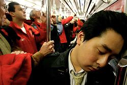 Passageiro dormindo no metrô de Tókio. FOTO: Jefferson Bernardes/Preview.com