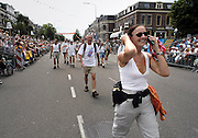 Nederland, Nijmegen, 18-7-2003<br /> Intocht van de vierdaagse, 4daagse, 4-daagse op de St. Annastraat, via Gladiola. Wandelsport, wandelen, lopen, wandelevenement. Een deelnemer belt met mobieltje op moment van binnenkomst.<br /> Foto: Flip Franssen/Hollandse Hoogte