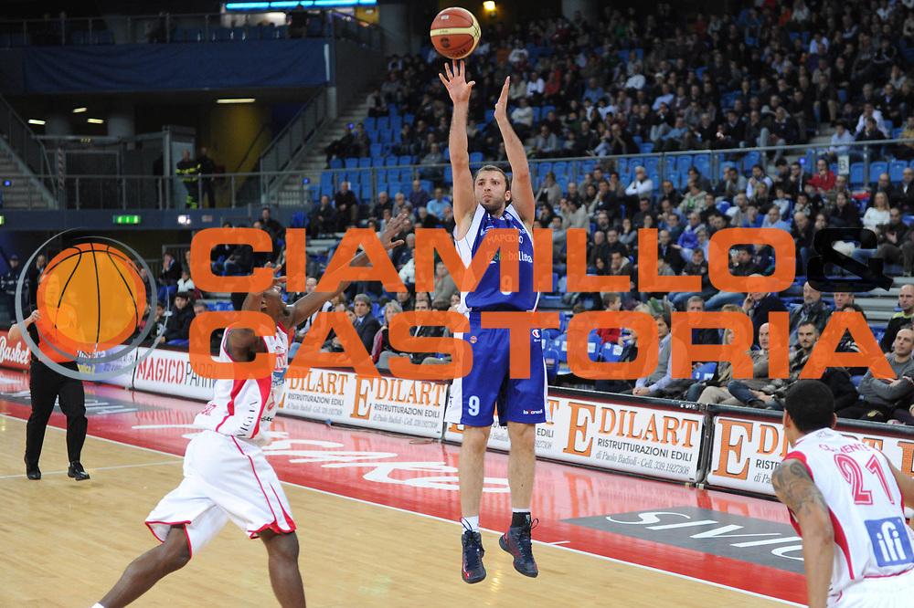 DESCRIZIONE : Pesaro Lega A 2012-13 Scavolini Banca Marche Pesaro Chebolletta Cantu<br /> GIOCATORE : Markoishvili<br /> CATEGORIA : tiro three points<br /> SQUADRA : Chebolletta Cantu<br /> EVENTO : Campionato Lega A 2012-2013 <br /> GARA : Scavolini Banca Marche Pesaro Chebolletta Cantu<br /> DATA : 18/11/2012<br /> SPORT : Pallacanestro <br /> AUTORE : Agenzia Ciamillo-Castoria/C.De Massis<br /> Galleria : Lega Basket A 2012-2013  <br /> Fotonotizia : Pesaro Lega A 2012-13 Scavolini Banca Marche Pesaro Chebolletta Cantu<br /> Predefinita :