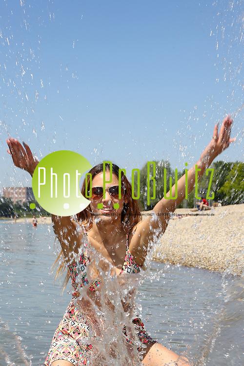 Mannheim. 05.06.15 Strandbad. Wetterfeature. Rosa Mariani im k&uuml;hlen Nass<br /> Bild: Markus Pro&szlig;witz 05JUN15 / masterpress