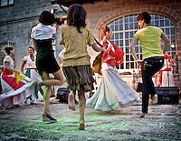 """Un gruppo di spettatori viene coinvolto a ballare con le ballerine del gruppo musicale di Pizzica """"Arakne Mediterranea"""" durante un concerto a """"Castello Monaci"""" nei pressi di Salice Salentino in provincia di Lecce. 30/05/2010 (PH Gabriele Spedicato)..People dancing with the dancers of """"Arakne Mediterranea""""during the concert in """"Castello Monaci"""" near Salice Salentino, a Town in province of Lecce.30/05/2010 PH Gabriele Spedicato..La pizzica, o, detta nella sua forma più tradizionale pizzica pizzica, è una danza popolare attribuita oggi particolarmente al Salento, ma in realtà era praticata sino agli anni '70 del XX sec. in tutta la Puglia centro-meridionale e in Basilicata..Fa parte della grande famiglia delle tarantelle, come si usa chiamare quel variegato gruppo di danze diffuse dall'Età Moderna nell'Italia meridionale."""